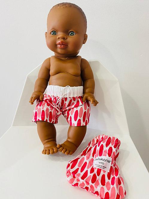 Petit garçon d'Afrique aux yeux verts et son caleçon de bain