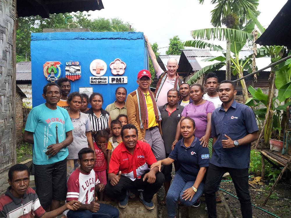 Tom de Veer als consultant, samen met lokale consultant, in een dorp in Indonesie