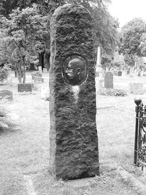 Julius' imponerende gravsten med hans kontrafej