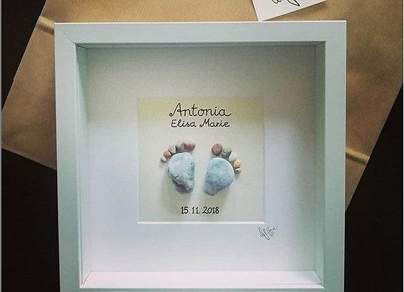 Steinbild als Geschenk, Stoneart für das neuegeborene Baby, Geschenkidee für Neugeborenes, kleiner Fuß mit Namen des Babys