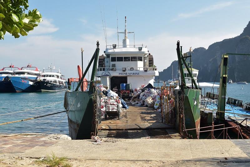 Die Schiffe welche den Abfall zum Festland bringen