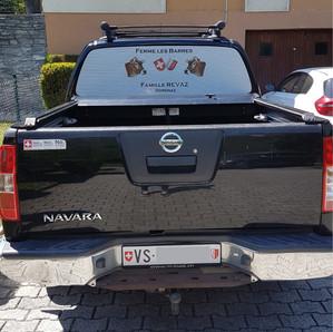 Autocollant perforé pour vitre arrière de véhicule