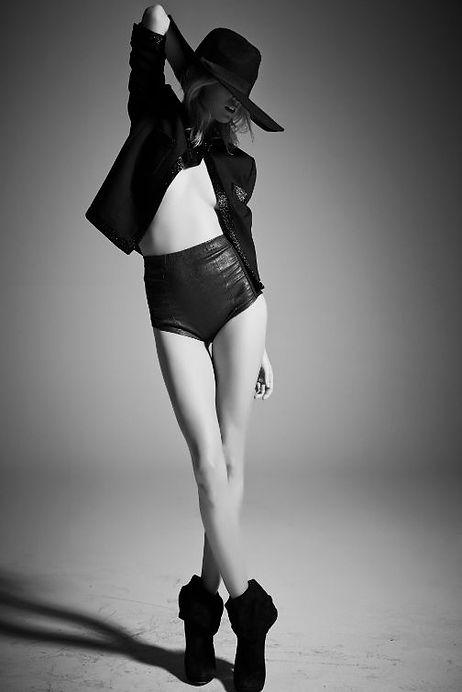 foto bianco e nero con modella e cappello falda larga