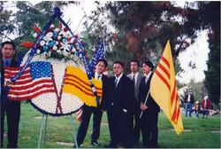 Đoàn Trưởng Nguyễn Hoàng Vinh và các đoàn viên TN.VNTD Nam California tham dự lễ Chiến sĩ trận vong