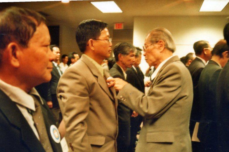GS Nguyen Huy dau gắn huy hiệu CPVNTD cho tân thành viên