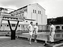 Freibad Krefeld 1968 - Fachleute unter sich