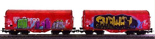 """Piko 58362 - Set di due carri telonati con """"graffiti"""", DB Cargo - H0"""