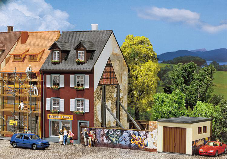 Faller 130416 - Casa con graffiti
