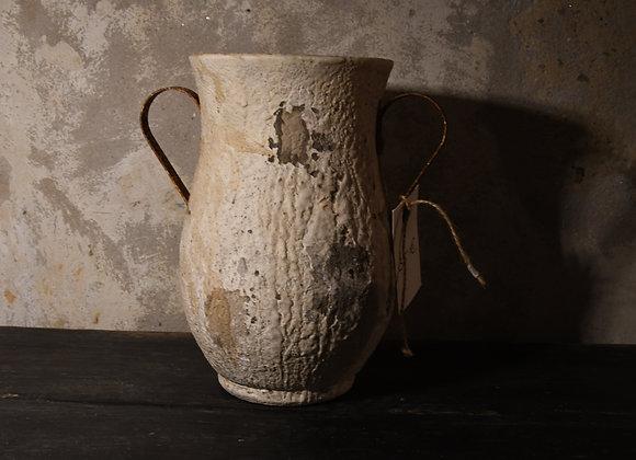Amphore pierre avec anse en fer