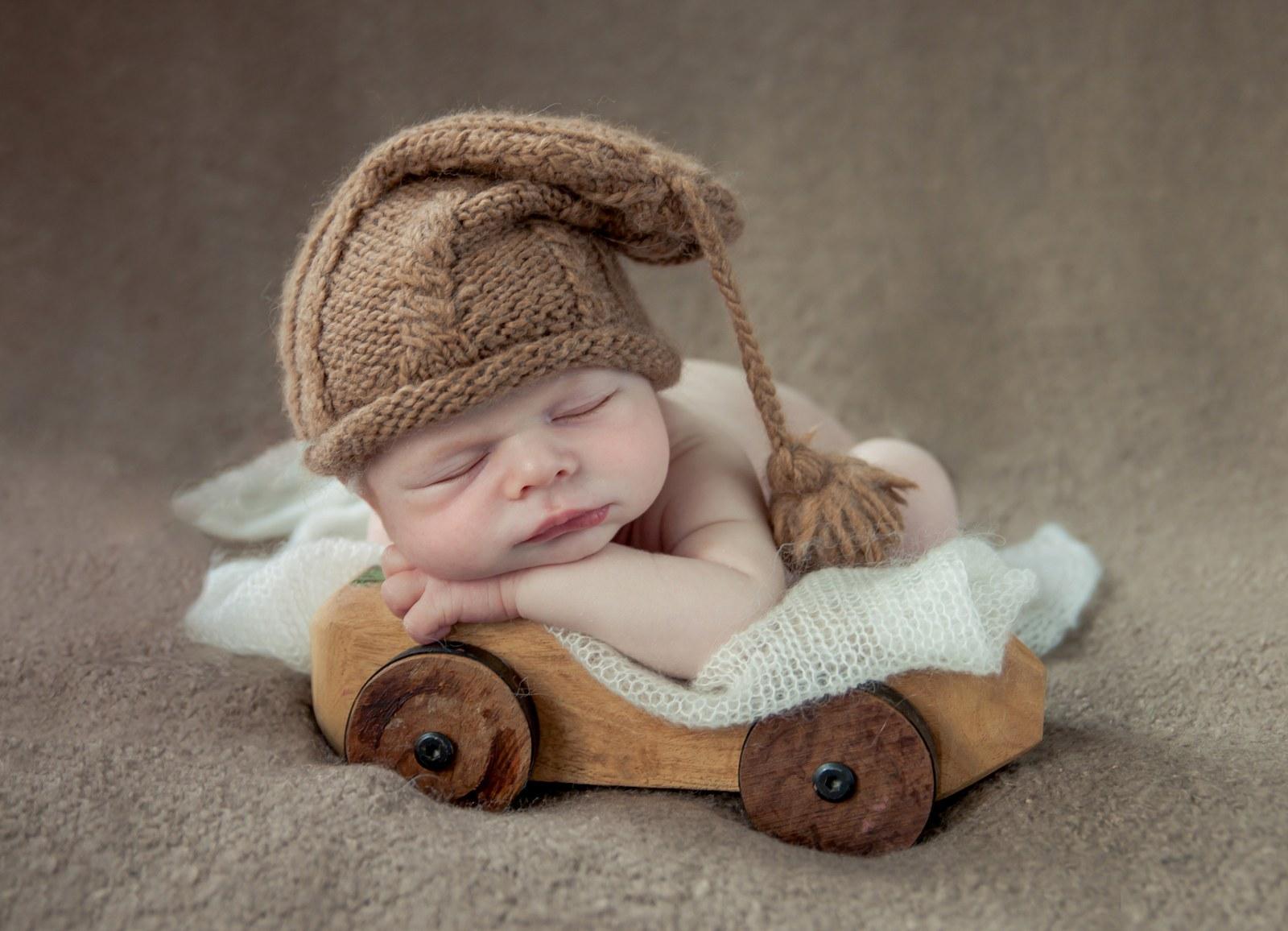 unieke_baby_foto,houten_auto,