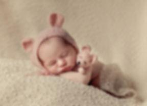 pasgeboren-baby-fotorafie,newborn,baby,newborn-fotografie,geposeerde-newborn-fotografie,babies,baby`s,baby-met-knuffel,baby-op-dekentje,baby-fotograaf,baby-fotograaf-maasbree,baby-fotografie-maasbree,fotograaf-maasbree,baby-fotograaf-venlo,baby-fotograaf-limburg,