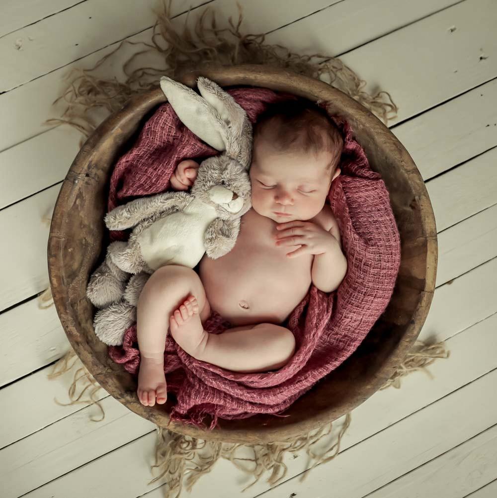 pasgeboren_baby_met_knuffel