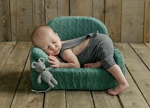 baby_bankje,pasgeboren_baby_fotografie,anne_geddes_stijl_fotografie,baby_fotograaf_roermond,schattige_baby_fotograaf,schattige_baby_fotografie,