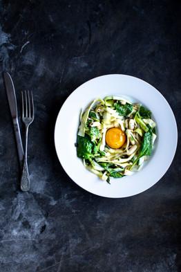 Salade printanière et son oeuf confit