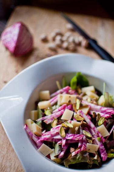 Salade comté, betterave chioggia et pistaches