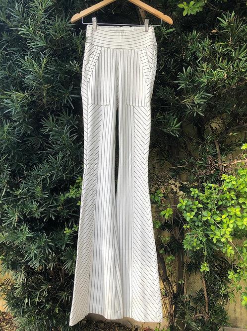 Calça branca listrada modelo flare da Luciane Prado