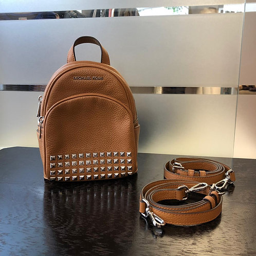 Mini mochila caramelo c/spikes da Michael Kors