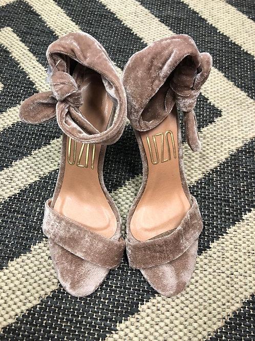 Sandália de veludo rosê da Uzu