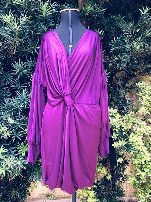 Vestido roxo com super decote V da Couturie