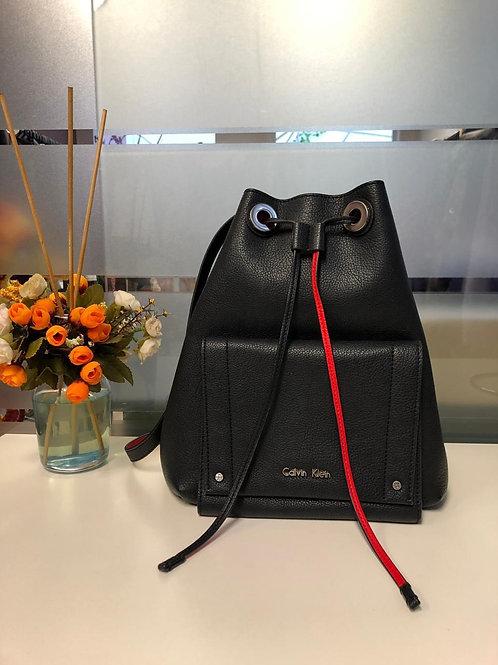 Bolsa modelo saco de couro preta da Calvin Klein