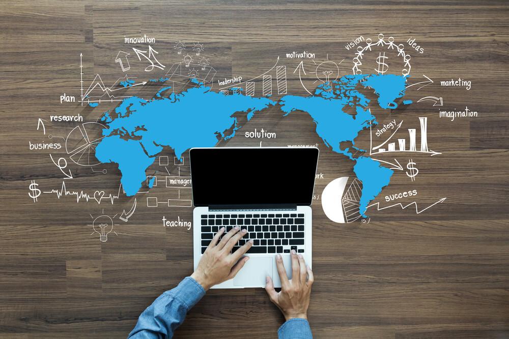 maos-masculinas-acessando-laptop-e-mapa-