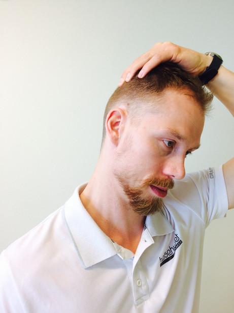 Enkle tøye-øvelser for nakke ved hodepine