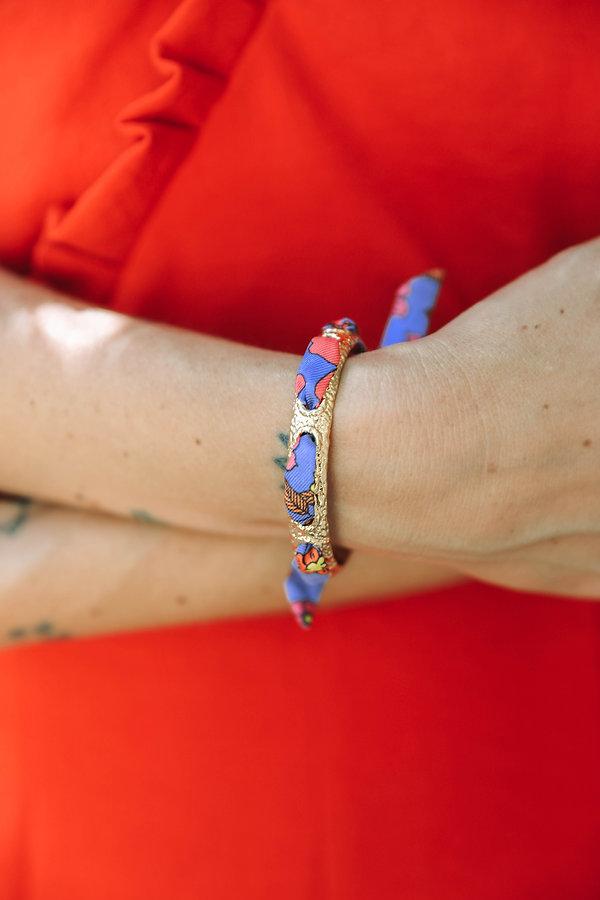Le bracelet Queen AN-NEE, baroque et élégant, tissé d'un ruban de soie