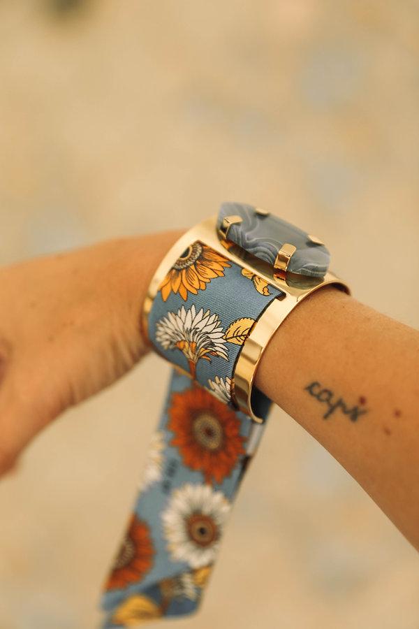 Manchette AN-NEE, incrustée d'une agate bleue et tissée d'un bracelet en soie