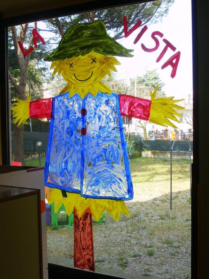 Spaventapasseri colorato dai bambini