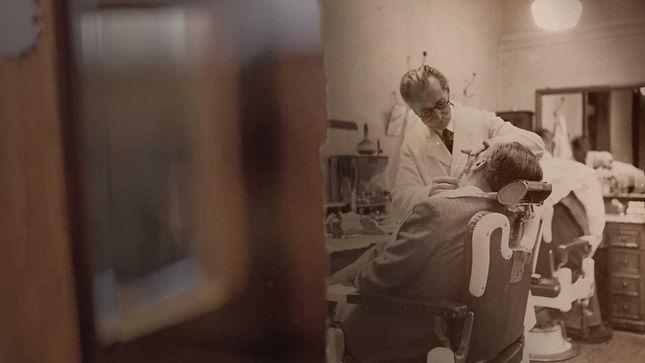 ספר מנוסה מגלח גנטלמן במספרה עם מוצרי הגילוח של פרורסו
