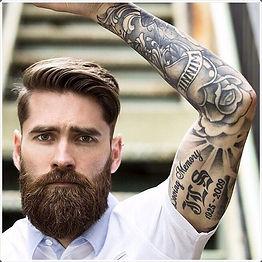 גבר נאה עם זקן ארוך ומלא ושיער מעוצב