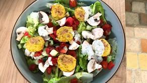 Salade complète aux boulettes de polenta et poireaux et sa sauce au yaourt