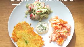 Rösti de pommes de terre et saumon fumé, salade de chou-rave et pomme.