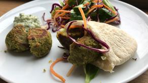 Falafel et pain pita, sauce yaourt grecque et salade de crudités