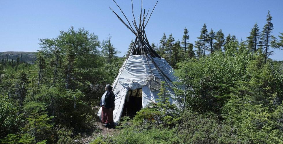 Tipi et femme Innu en forêt