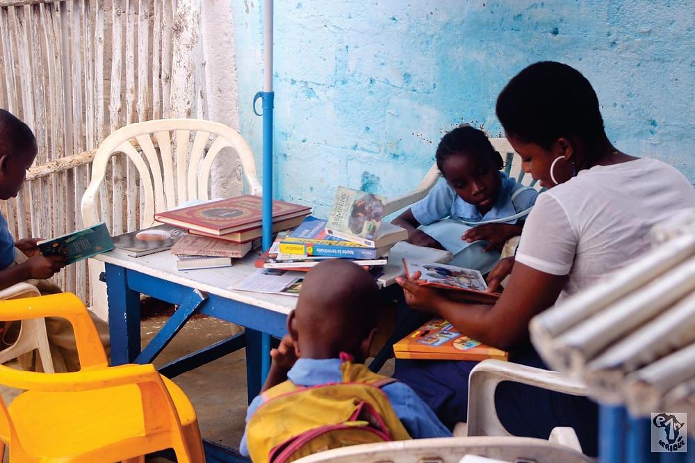 Les enfants lisent dans la cafétariat de Pefsyn Ose