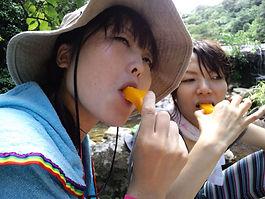 マンゴーを食べるカナコ