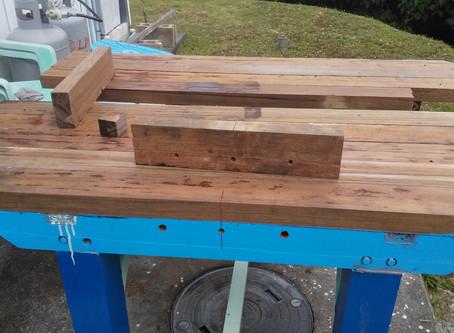 作業台に木製万力を設置する