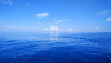 紺碧の海、遥か彼方に鳩間島