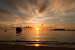 月が浜に沈む夕日