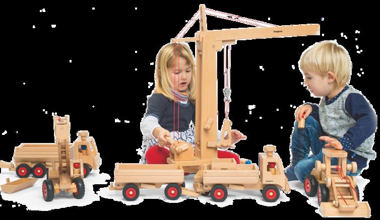 Junge  und Mädchen spielen mit verschiedenen Fahrzeugen und Hochkran