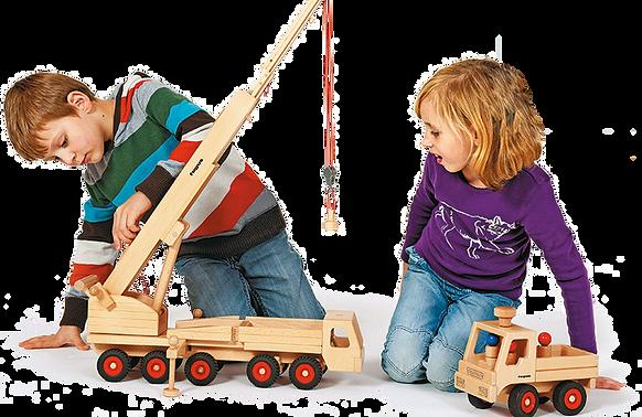 Junge und Mädchen spielen mit Mobilkran und Unimog