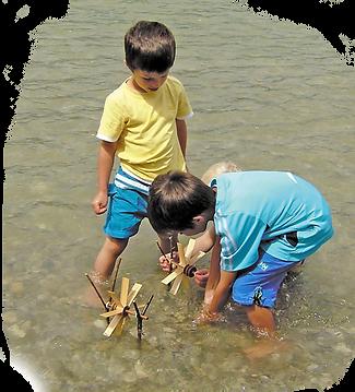 2 Jungen spielen im Flusswasser