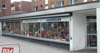 Schaufensterfront in Richtung Einkaufszentrum