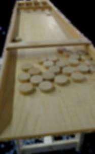 Ein Shuffle Board mit 30 Shuffle (Pucks)