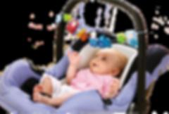 Baby im Tragekorb mit Spielkette.