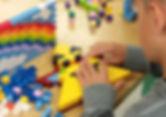mains dans les briques lego.jpg