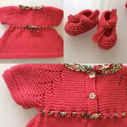Conjunto de vestido y patucos en algodón coral