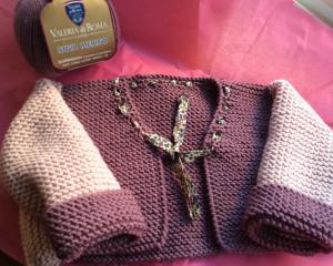 Inés ya tiene lista su nueva chaqueta de bebé tejida con lana Merino 100%