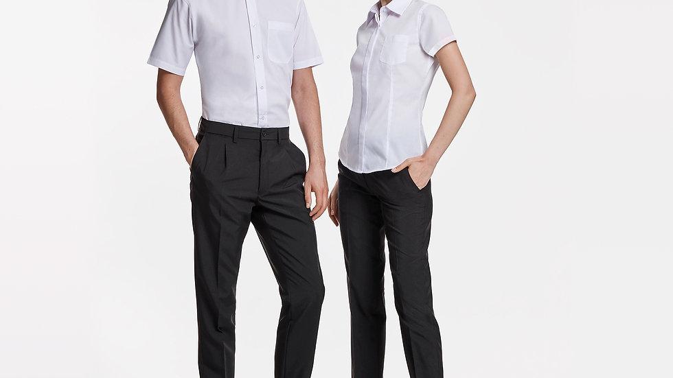 Camisa de corte entallado con pinzas en delantero y espalda.